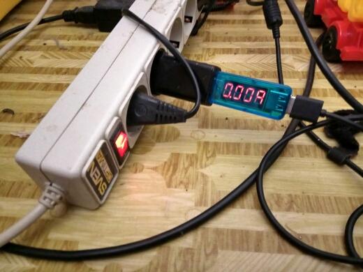 Поочерёдно показывает текущий ток и напряжение в режиме сканирования. Достаточно информативно для проверки процесса зарядки мобильного устройства. Приличное качество при низкой цене.