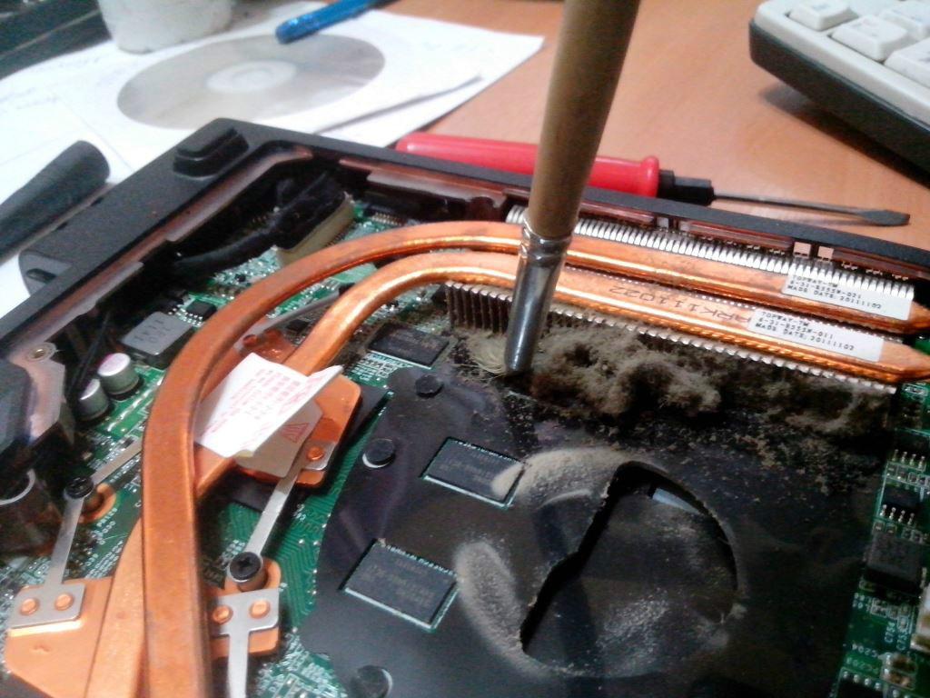 Чистка ноутбука кисточкой и пылесосом